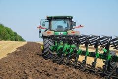 Tractor met een ploeg Royalty-vrije Stock Fotografie