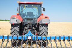Tractor met een ploeg Stock Foto