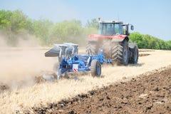 Tractor met een ploeg Stock Afbeeldingen