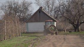 Tractor met een spuitbus in de tuin stock video