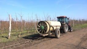 Tractor met een spuitbus in de tuin stock footage