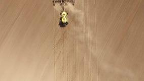 Tractor met een zaaimachine stock footage