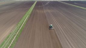 Tractor met eggen op de landbouwgrond stock footage