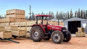 Tractor met fruitkratten op landbouwbedrijf stock foto's