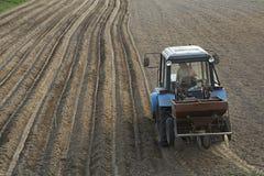 Tractor met het zaaien van machine stock afbeeldingen
