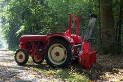 Tractor met kabelkruk tijdens het werk in bos Royalty-vrije Stock Afbeelding