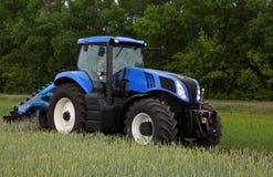Tractor met ploeg op gebied Royalty-vrije Stock Foto's