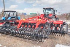 Tractor met scharnierend materiaal Tyumen Rusland royalty-vrije stock foto's