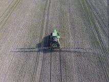 Tractor met scharnierend systeem om pesticiden te bespuiten Het bevruchten w stock fotografie