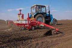 Tractor met sower op het gebied Royalty-vrije Stock Fotografie