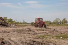 Tractor met zaadbedlandbouwer als deel van pre het zaaien activiteiten royalty-vrije stock afbeelding