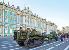 Tractor militar stalinets-60 y modelo 1931 del arma de 122 milímetros 37 años Imagenes de archivo