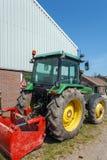 Tractor moderno en Holland Farm tradicional, Países Bajos Fotos de archivo