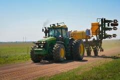 Tractor onderweg aan landbouwbedrijf Stock Afbeelding