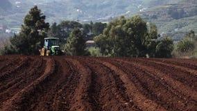 Tractor op aardappelgebied stock videobeelden