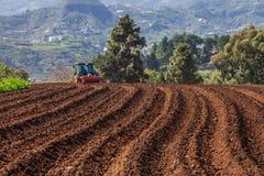 Tractor op aardappelgebied Stock Foto's
