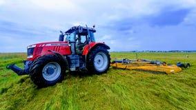 Tractor op een gebied stock foto