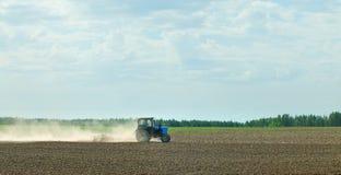 Tractor op een gebied Stock Afbeeldingen