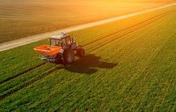 Tractor op een groen gebied luchtonderzoek van landbouw royalty-vrije stock afbeelding