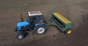 Tractor op gebied royalty-vrije stock afbeeldingen