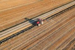 Tractor op gebied die het land ploegen Royalty-vrije Stock Foto's