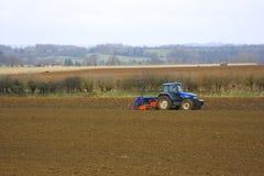 Tractor op gebieden stock afbeeldingen