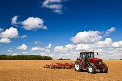 Tractor op geploegd gebied Stock Fotografie