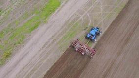 Tractor op het gebied stock video