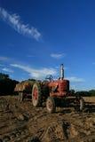Tractor op het landbouwbedrijf Stock Afbeeldingen