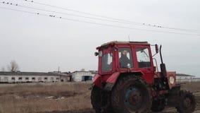 Tractor op het landbouwbedrijf stock footage