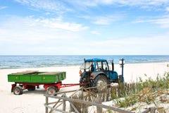 Tractor op het strand. Royalty-vrije Stock Afbeelding