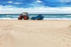 Tractor op het strand Royalty-vrije Stock Foto