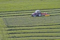 Tractor op het werk aangaande gebied stock afbeeldingen