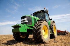 Tractor op het werk op plattelandsgebied Stock Afbeeldingen