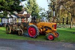 Tractor op wielen met aanhangwagen Stock Foto