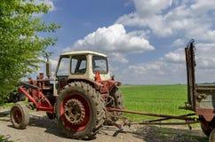 Tractor op wielen met aanhangwagen Stock Foto's