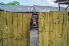 Tractor in oud dorp Royalty-vrije Stock Afbeeldingen
