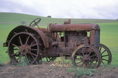 Tractor oxidado cerca de Paso Robles, CA Fotos de archivo
