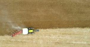 Tractor ploegend gebied 4K stock videobeelden