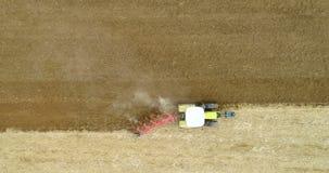 Tractor ploegend gebied - luchtmening 4K stock video