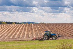 Tractor plowing filed Royalty Free Stock Photos