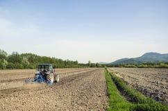 Tractor que ara el campo Imágenes de archivo libres de regalías