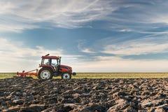 Tractor que ara el campo Foto de archivo