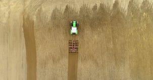 Tractor que ara el campo agrícola 4K metrajes