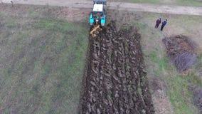 Tractor que ara el jardín Arado del suelo en el campo almacen de video