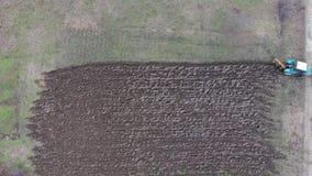 Tractor que ara el jardín Arado del suelo en el campo metrajes