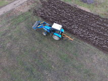 Tractor que ara el jardín Arado del suelo en el jardín Imágenes de archivo libres de regalías