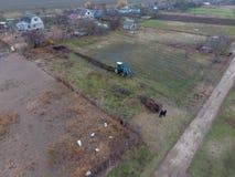 Tractor que ara el jardín Arado del suelo en el jardín Foto de archivo libre de regalías