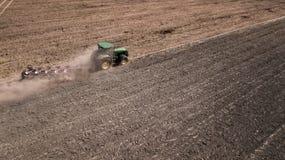 tractor que ara la opini?n superior del campo, fotograf?a a?rea con el abej?n fotos de archivo libres de regalías