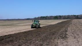 Tractor que ara la tierra en primavera almacen de metraje de vídeo